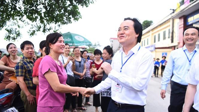 Bộ trưởng Bộ Giáo dục và Đào tạo Phùng Xuân Nhạ tại điểm thi ở Trường THPT Yên Viên