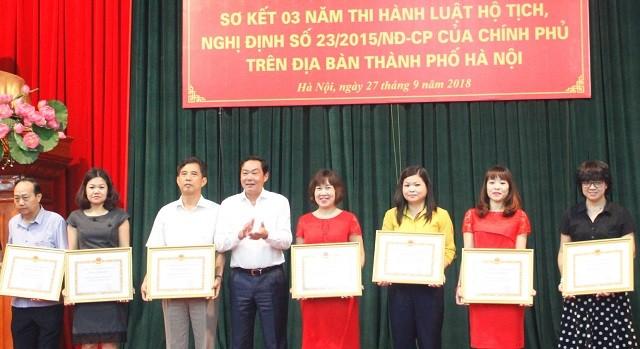 Phó Chủ tịch UBND TP Hà Nội Lê Hồng Sơn trao tặng Bằng khen của Chủ tịch UBND TP Hà Nội cho các tập thể. Ảnh: Thái San