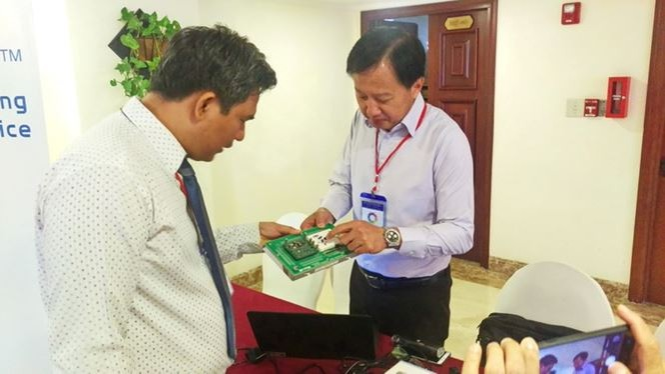 """Ông Ngô Võ Kế Thành, Giám đốc Trung tâm R&D (bài trái) cho biết, trung tâm đã nâng cấp, cải tiến nhiều công nghệ được chuyển giao từ nước ngoài thành sản phẩm mang thương hiệu """"made in Việt Nam"""""""