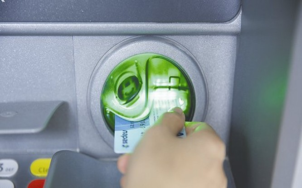 Tại Việt Nam, thẻ ATM chủ yếu dùng để rút tiền. Ảnh: THÀNH HOA