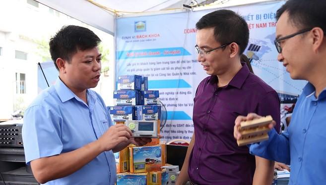 Ông Hà Quang Thành đang giới thiệu BK88 tại triển lãm kết quả nghiên cứu KH&CN đồng bằng sông Hồng tháng 9/2018