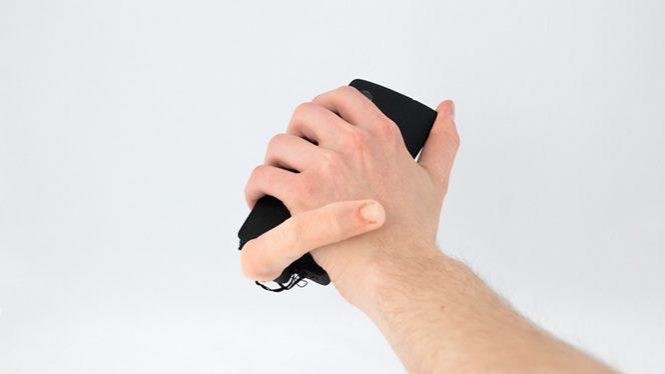 Robot MobiLimb gắn vào điện thoại di động. ẢNH: MARC TEYSSIER