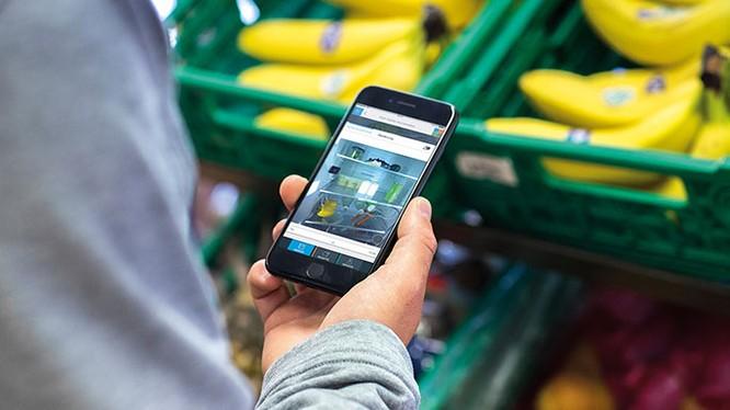 Kiểm tra những gì trong tủ lạnh của bạn từ siêu thị bằng cách sử dụng ứng dụng Home Connect. Ảnh: The Sunday Time