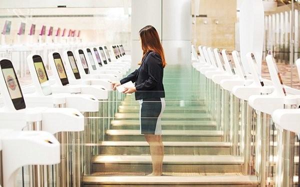 Quét vân tay tại khu vực máy làm thủ tục nhập cảnh ở nhà ga số 4 của sân bay Changi. Nguồn: Bloomberg.