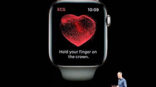 Mẫu Apple Watch Series 4 được chiếu trong ngày ra mắt hồi tháng 9. ẢNH: REUTERS