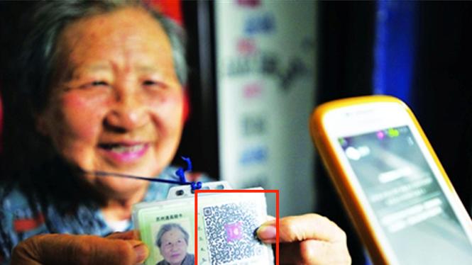 Nhiều người ăn xin tại Trung Quốc giờ đây luôn mang theo mình bản in mã QR