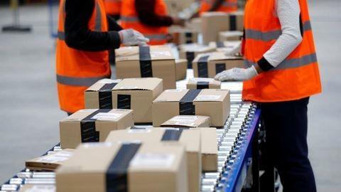 Ảnh: Nhân công làm việc tại kho hàng Amazon