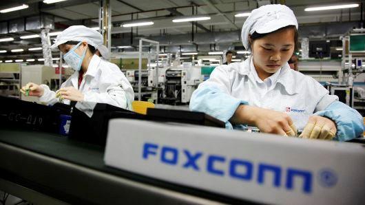 Nhân viên Foxconn làm việc ở Thâm Quyến (Trung Quốc). ẢNH: BLOOMBERG