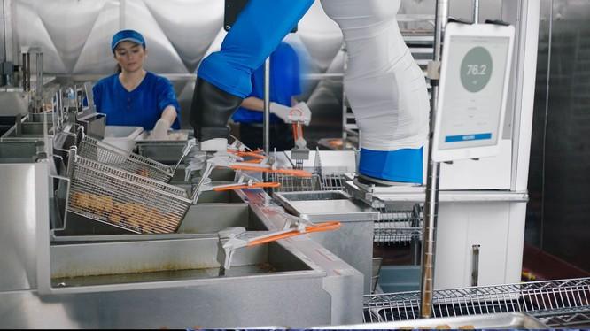Walmart đang thử nghiệm robot chiên gà và khoai tây. Ảnh: Futurism.
