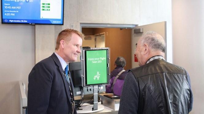 Cổng ra máy bay của hãng American Airlines đang ứng dụng công nghệ nhận diện khuôn mặt. Ảnh: BUSINESS TRAVELLER.