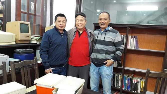 TS Nguyễn Chí Công (giữa) cùng các chuyên gia Nguyễn Ngọc Đức (bên trái) và Nguyễn Thành Nam (bên phải) chụp ảnh kỷ niệm cùng một số kỷ vật sưu tập. Ảnh: FB nhân vật