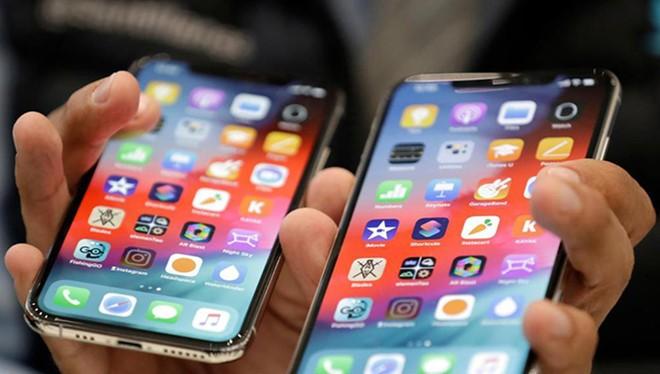 Giá bán smartphone cao cấp đang ngày càng leo thang. ẢNH: AFP