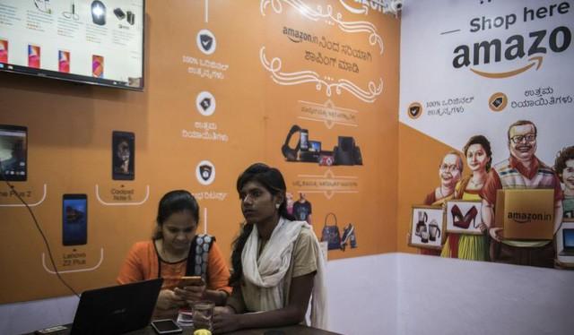 Nhân viên của hãng Amazon tại một cửa hàng của hãng này ở Tumakuru, Ấn Độ. Ảnh: New York Times.