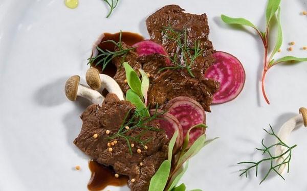 Miếng thịt bò nhân tạo do Aleph Farms sản xuất.