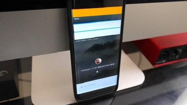 Trên màn hình chính của thiết bị Fuchsia không xuất hiện thanh Dock, biểu tượng desktop, launcher, tại đây chỉ có công cụ tìm kiếm của Google.