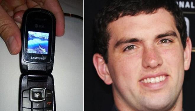 Andrew Luck và điện thoại nắp gập của Samsung.