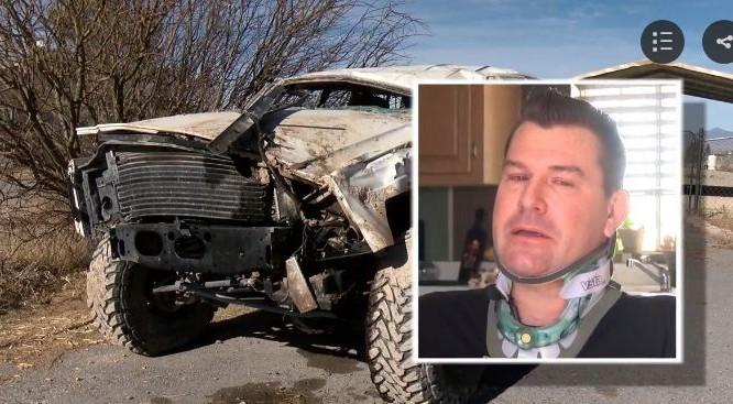 Nate Felix và chiếc xe bị lật của anh ta tại hoang mạc Nevada, Mỹ.