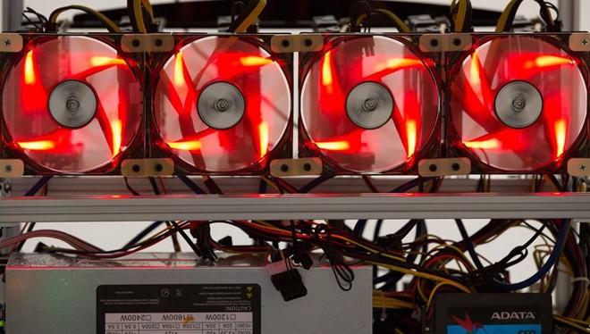 Các cánh quạt có màu đỏ được dùng để giảm nhiệt máy đào tiền ảo. ẢNH: BLOOMBERG