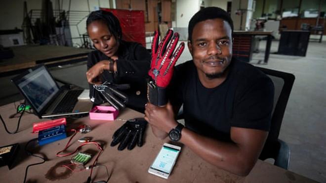 Nhà sáng chế Roy Allela với găng tay thông minh biến ngôn ngữ ký hiệu thành tiếng nói