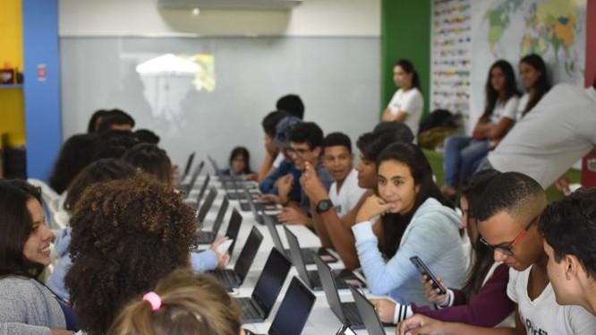 Học sinh Bahia sử dụng máy tính hoặc điện thoại để truy cập ứng dụng Geekie. Ảnh: Geekie