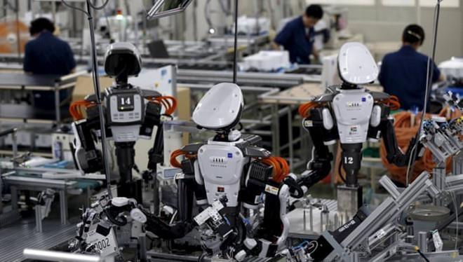 Robot làm việc cùng nhân viên người thật. ẢNH: REUTERS