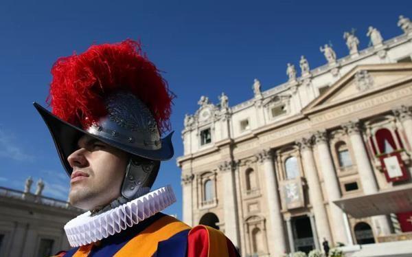 Những chiếc mũ giáp sắt của đơn vị lính phục vụ giáo hoàng sẽ được thay thế bằng mũ nhựa PVC được tạo thành từ máy in 3D.