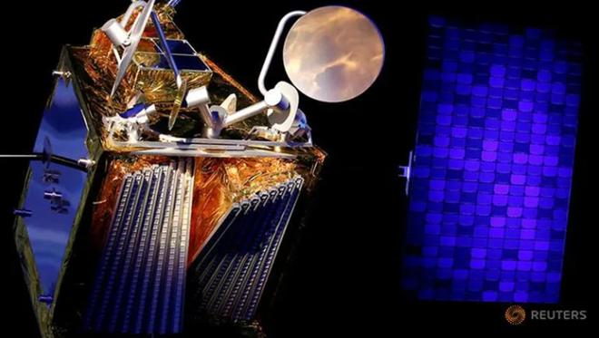 Mô hình thu nhỏ của vệ tinh Airbus OneWeb và bảng điều khiển năng lượng mặt trời của nó được Airbus công bố ở Pháp hôm 14.2. ẢNH: REUTERS