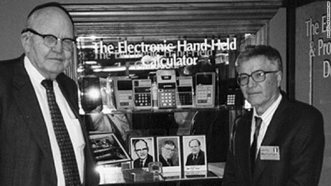 Jerry Merryman (phải) và Jack Kilby tại Bảo tàng Máy tính Mỹ ở Bozeman, bang Montana năm 1997.