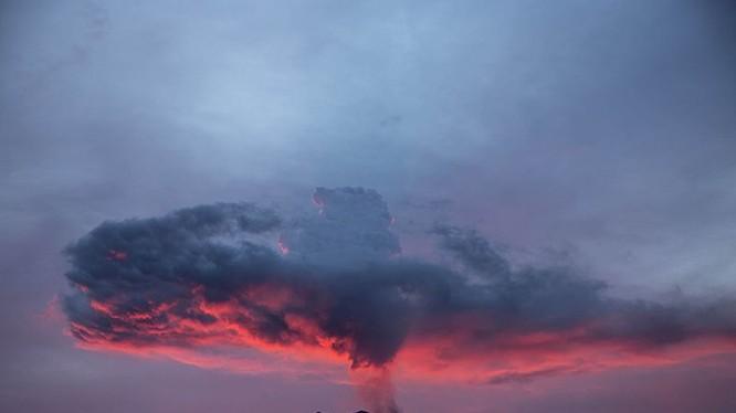 Núi lửa Agung trên đảo Bali của Indonesia phun trào vào tháng 11 năm 2017