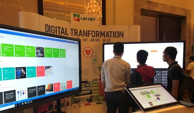 Số hóa nội dung và hiển thị lên các màn hình tương tác để cung cấp các dịch vụ công dân. Giải pháp của Lạc Việt. Ảnh Bích Trâm