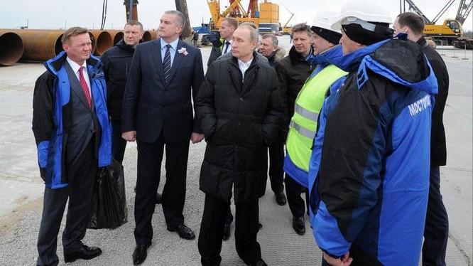 Tổng thống Nga Vladimir Putin (giữa) đến thị sát công trường xây dựng cầu nối qua Eo biển Kerch năm 2018. Ảnh: AP