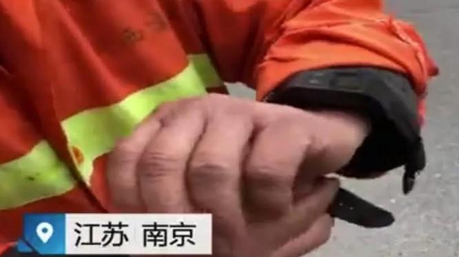 Công nhân vệ sinh TQ phải đeo thiết bị GPS giám sát