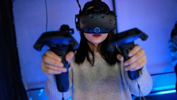 Một người đang thử trò chơi thực tế ảo tại một cơ sở VR ở Thượng Hải, Trung Quốc - Ảnh: AFP