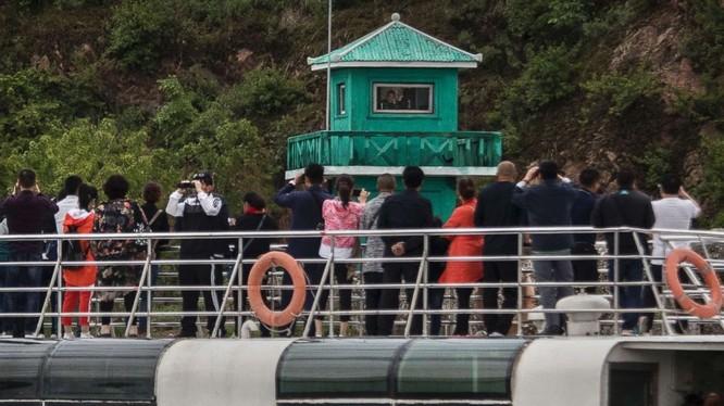 Du khách Trung Quốc trên thuyền tham quan dọc sông Yalu, chia cắt thành phố Đan Đông của Trung Quốc và Sinuiju của Triều Tiên tháng 5/2017. Ảnh: Getty