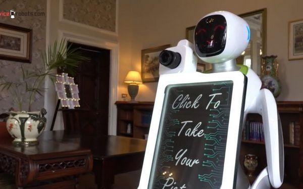 Robot chụp hình Eva