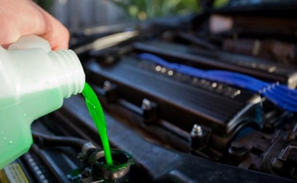 Lái xe cần thường xuyên kiểm tra và đổ nước làm mát động cơ