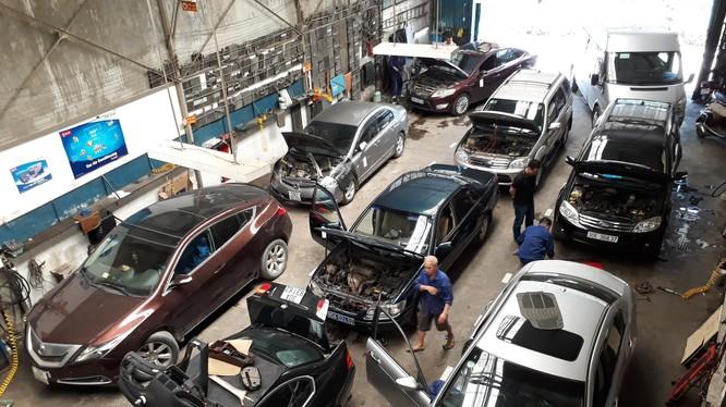 Gara chật kín xe đến sửa điều hòa trong những ngày qua.