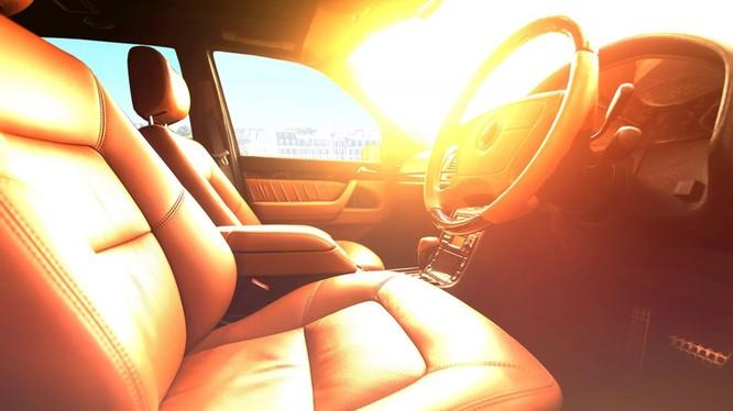 Nhiều ô tô phơi nắng ngoài trời, trong khoang xe có thể đạt nhiệt độ tới 60 - 70 độ C