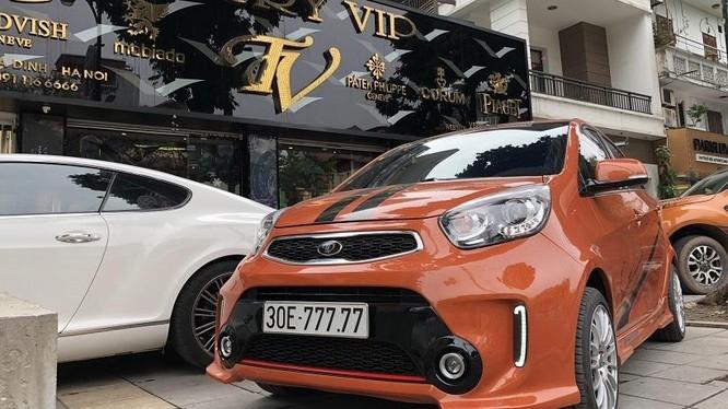 Chiếc xe Kia Morning biển ngũ quý 7 của anh Phạm Tùng sở hữu ngoại thất màu cam rực rỡ. Ảnh: Phạm Tùng.