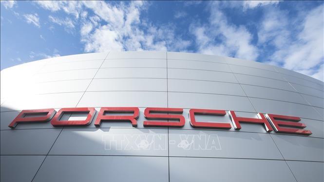 Biểu tượng Porsche tại trụ sở của công ty này ở Stuttgart, Đức. Ảnh: AFP/TTXVN