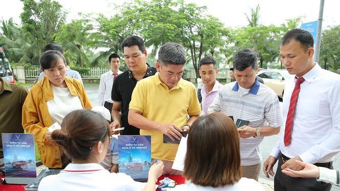 Đầu giờ sáng, đã có đông khách hàng đến đăng ký lái thử xe VinFast Fadil và nghe tư vấn mua xe