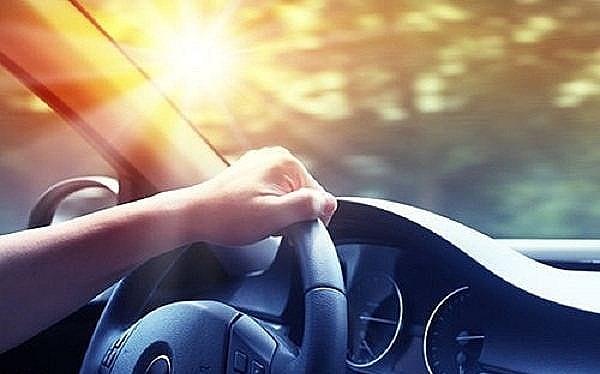 Tia UV vẫn có khả năng xuyên qua kính ô tô.