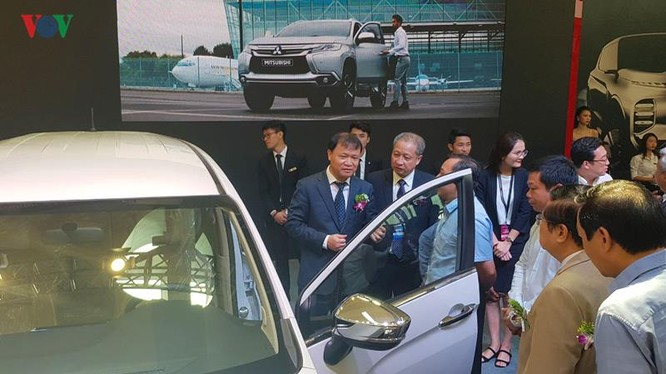 Thứ trưởng Bộ Công thương Đỗ Thắng Hải tham quan triển lãm.