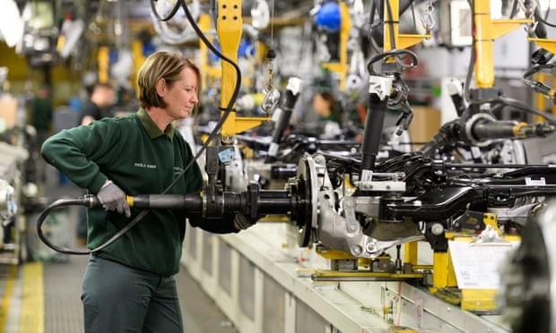 Một công nhân làm việc tại Jaguar Land Rover ở Castle Bromwich. Ảnh: theguardian.com