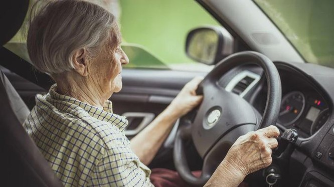 Đối với người cao tuổi, việc lái xe nhiều lúc khá vất vả và khó khăn.