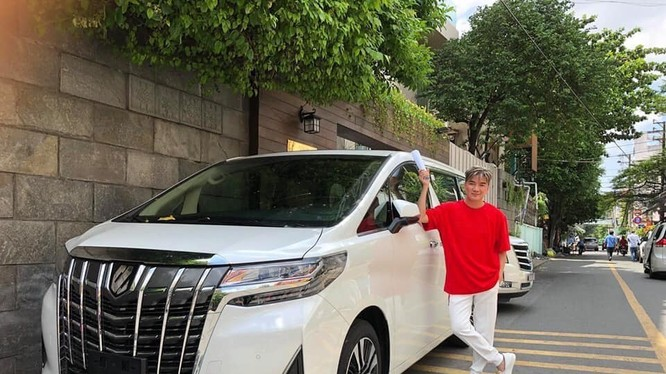 Đàm Vĩnh Hưng chụp ảnh cùng xe MPV hạng sang Toyota Alphard 2019 vừa nhận cách đây 4 ngày.