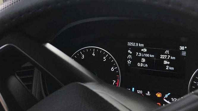 Hình ảnh thông số trên màn hình tap-lô cho thấy chiếc xe chỉ còn đi được thêm 2 km nữa