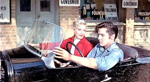 Elvis Presley và bạn diễn Lizabeth Scott trên chiếc xe đặc biệt trong bộ phim.