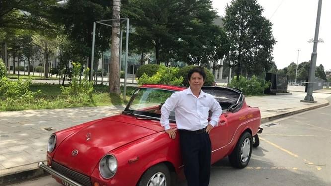 Ông Ngô Lộc bên chiếc xe đã theo ông gần 30 năm. Ảnh: Đ.A