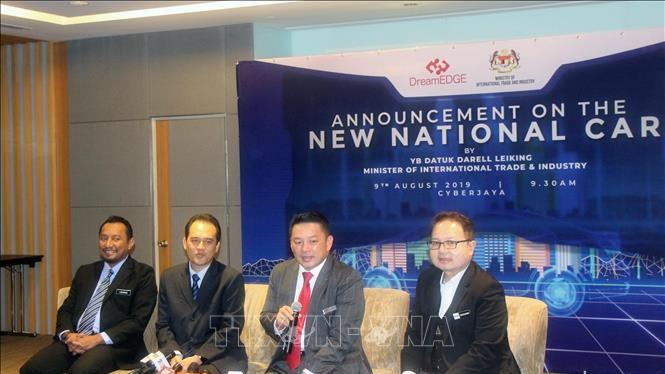 Bộ trưởng Thương mại quốc tế và Công nghiệp Malaysia Darell Leiking (thứ hai, từ phải sang) công bố dự án thứ ba về phát triển xe hơi quốc gia của Malaysia.